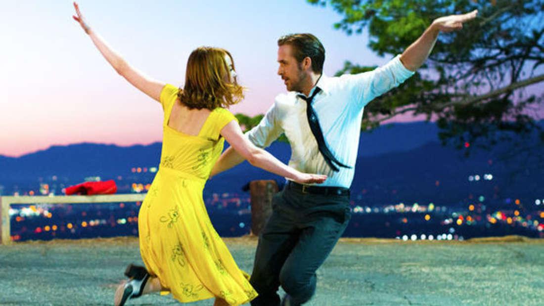 """Emma Stone und Ryan Gosling tanzen im Film """"La La Land"""" zusammen."""