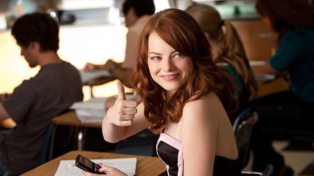 """Emma Stone in dem Film """"Einfach zu haben"""" sitzt in einem Klassenzimmer."""