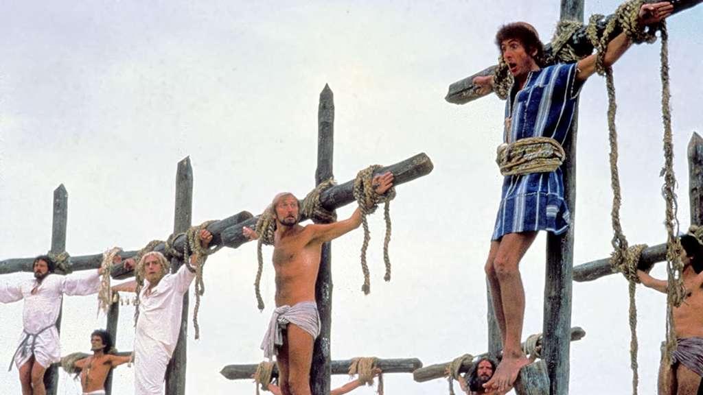 """In der Schlussszene des Films """"Das Leben des Brian"""" sind Brian und einige andere Männer an Kreuze gebunden."""