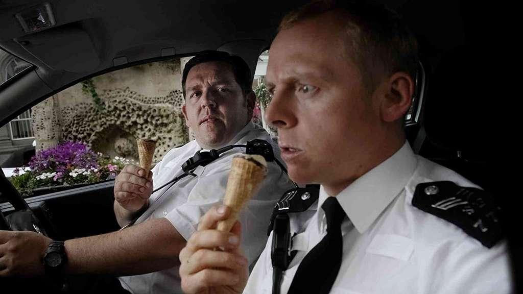 """Die Polizisten und Protagonisten des Films """"Hot Fuzz"""" Nicholas Angel und Danny Butterman sitzen mit einem Cornetto in der Hand in ihrem Streifenwagen."""