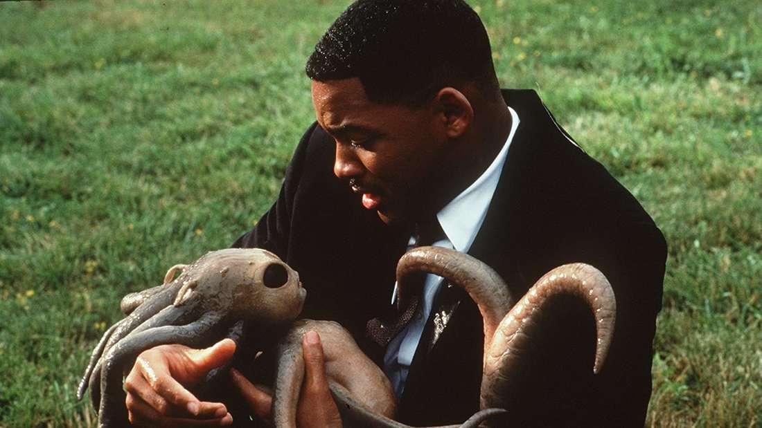 Will Smith als einer der Men in Black hält ein Alien-Baby.