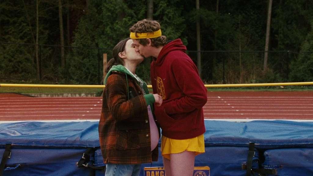 Die schwangere Juno küsst im gleichnamigen Film ihren Freund Paulie.