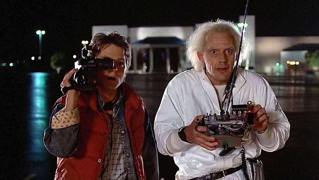 """Marty McFly und Doc Brown bei dem Test der Zeitmaschine in """"Zurück in die Zukunft""""."""