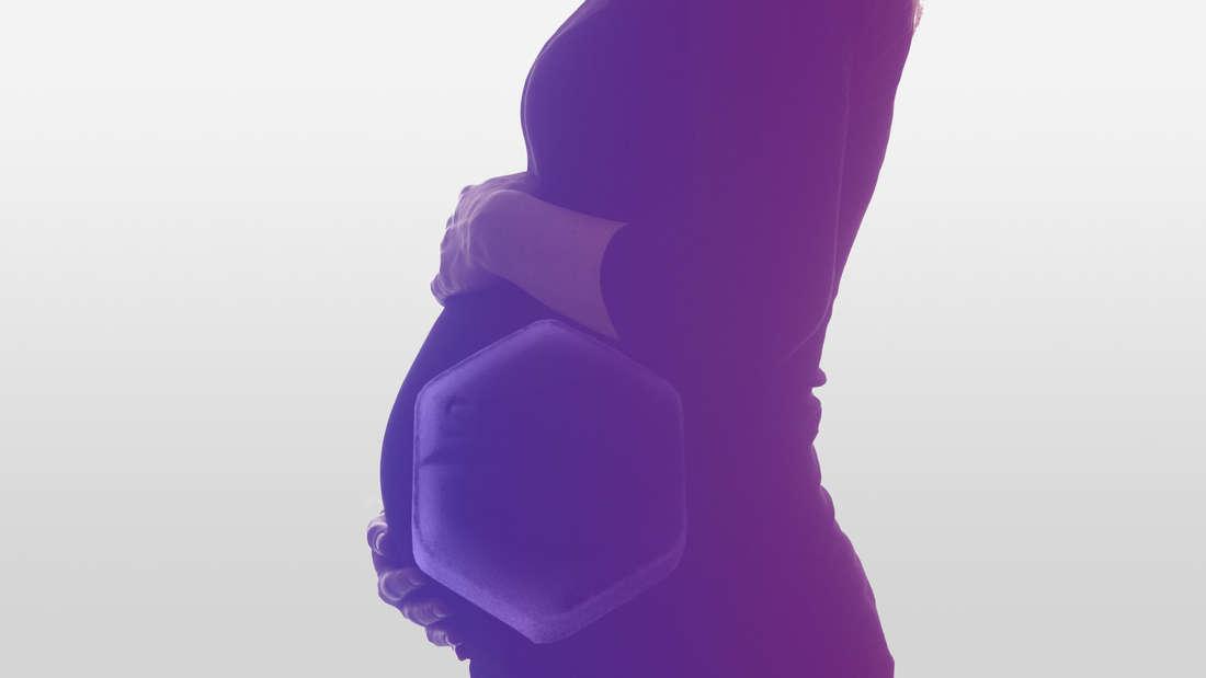 Eine schwangere Frau hält sich den Bauch. Davor ist eine sechseckige Tablette zu sehen: Sie heißt Cytotec.
