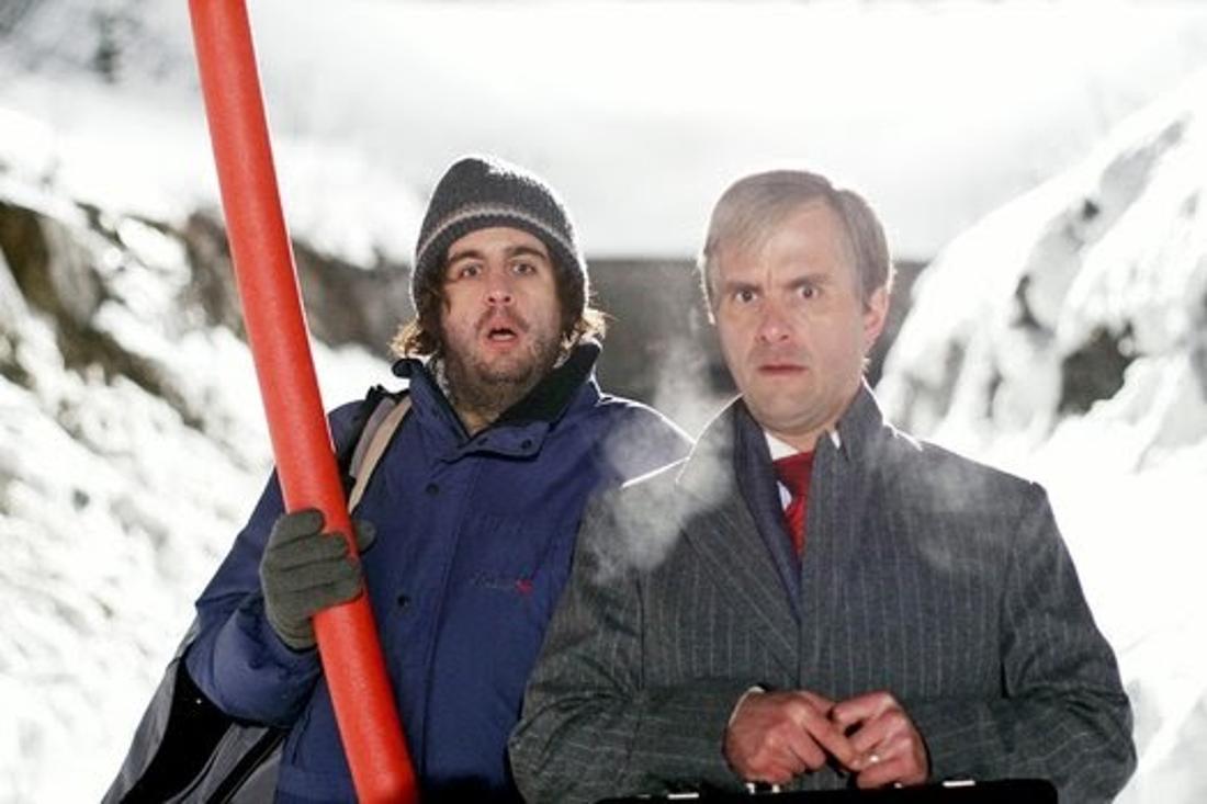 """Hilmar und Tilmann aus dem Film """"Zwei Weihnachtsmänner"""" stehen gemeinsam im Schnee. Sie sehen geschockt aus."""