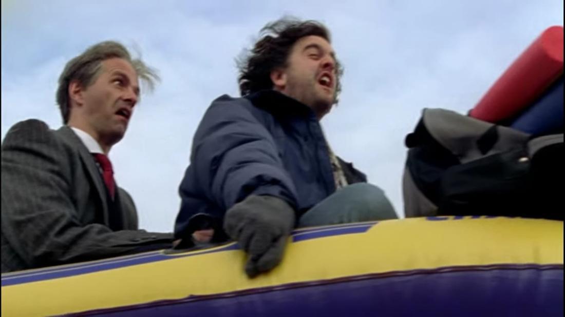 Im Film sitzen hier Tilmann und Hilmar zusammen in einem Gummiboot, mit welchem sie durch den Schnee fahren. Beide schreien.