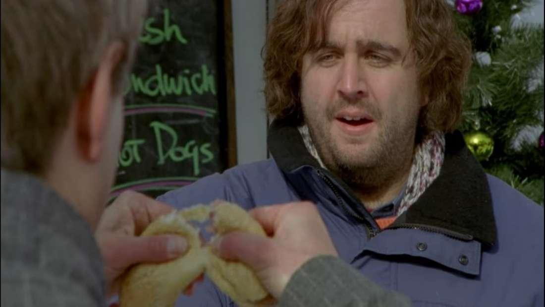 Hilmar und Tilmann teilen sich im Film an der Tankstelle ein Hotdog. Hilmar sieht hungrig aus.