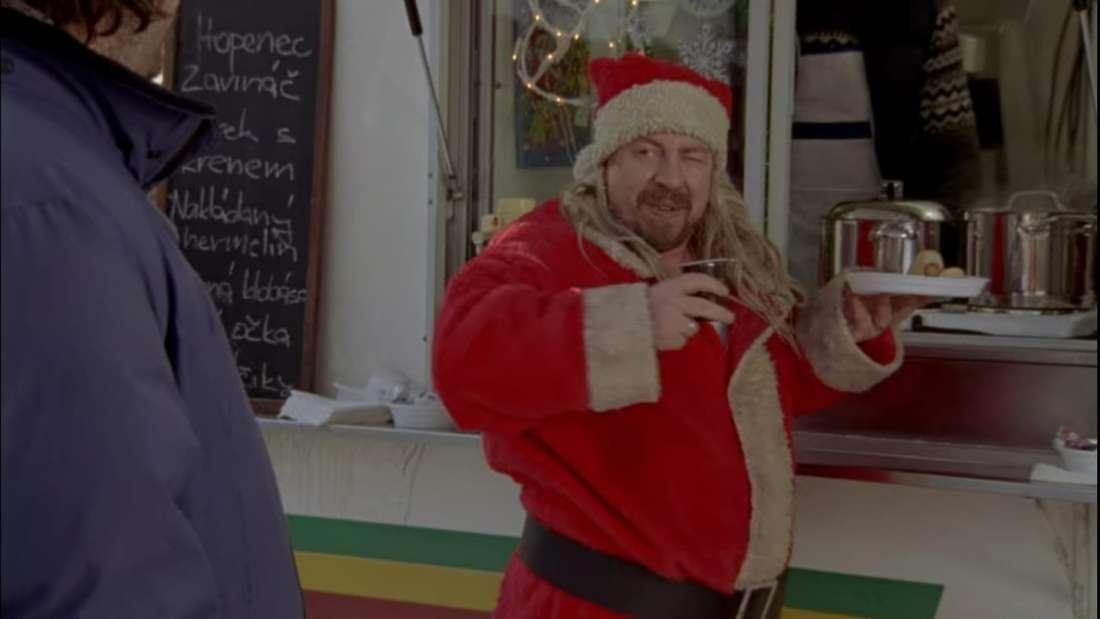 Hilmar steht im Film vor einem Imbisswagen, an dem er einen Mann im Weihnachtsmann-Kostüm trifft. Dieser ist schäbig gekleidet und hält ein Hotdog in der Hand.