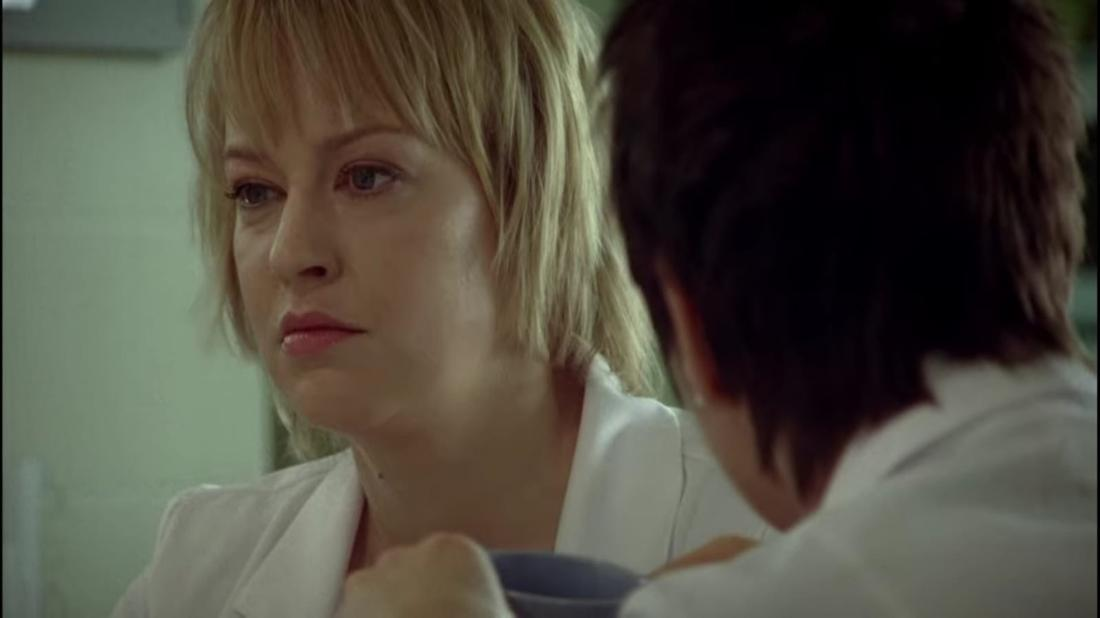 Im Film stehen Hilmars Freundin und ihre Kollegin zusammen im Krankenhaus. Hilmars Freundin sieht genervt aus.