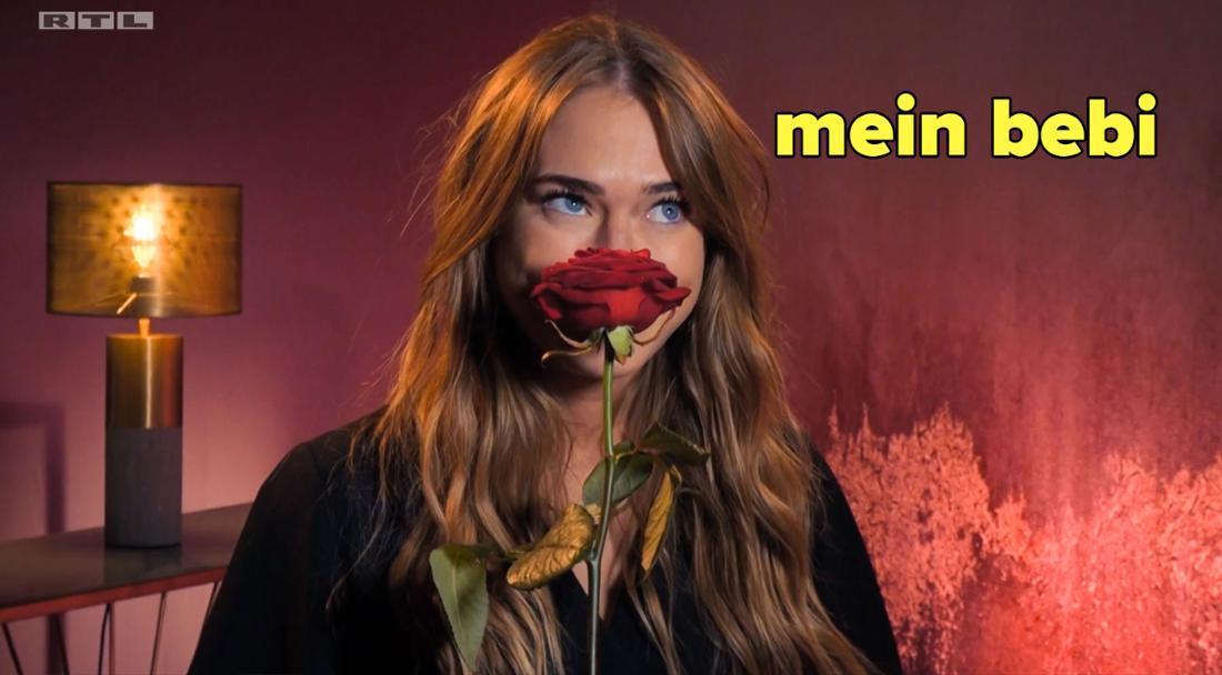 Mimi schnüffelt an ihrer Rose.