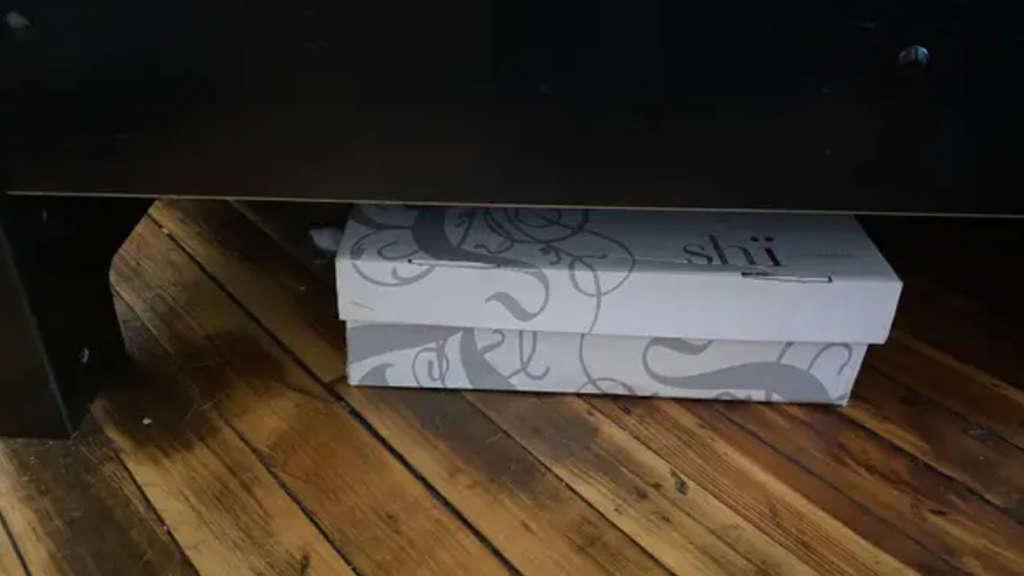 Ein Foto der Box die unter ein Bett geschoben wurde