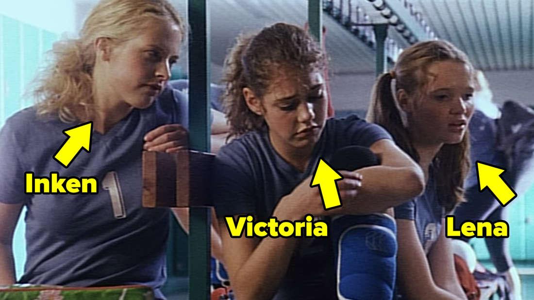 Inken, Victoria und Lena sitzen in der Umkleidekabine.