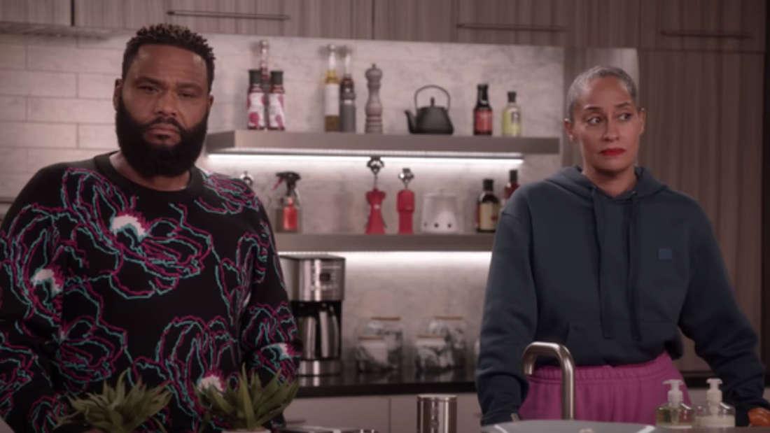 Ein Paar steht gemeinsam in der Küche, beide sehen sehr genervt aus