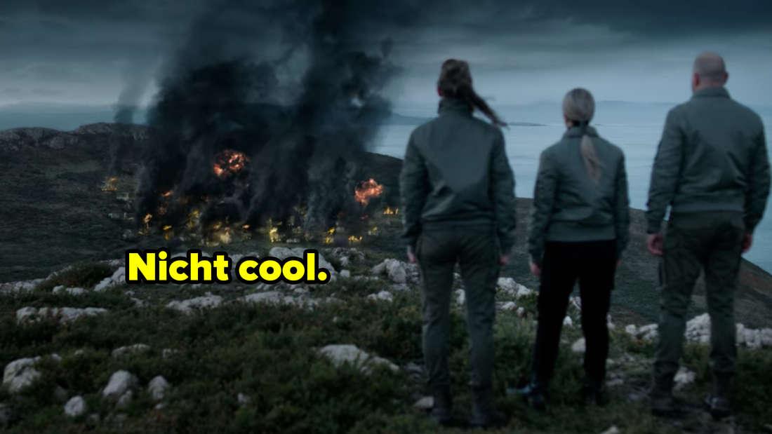 Rosalin, die neue Direktorin und Terras Vater stehen vor dem brennenden Dorf. Nicht cool.