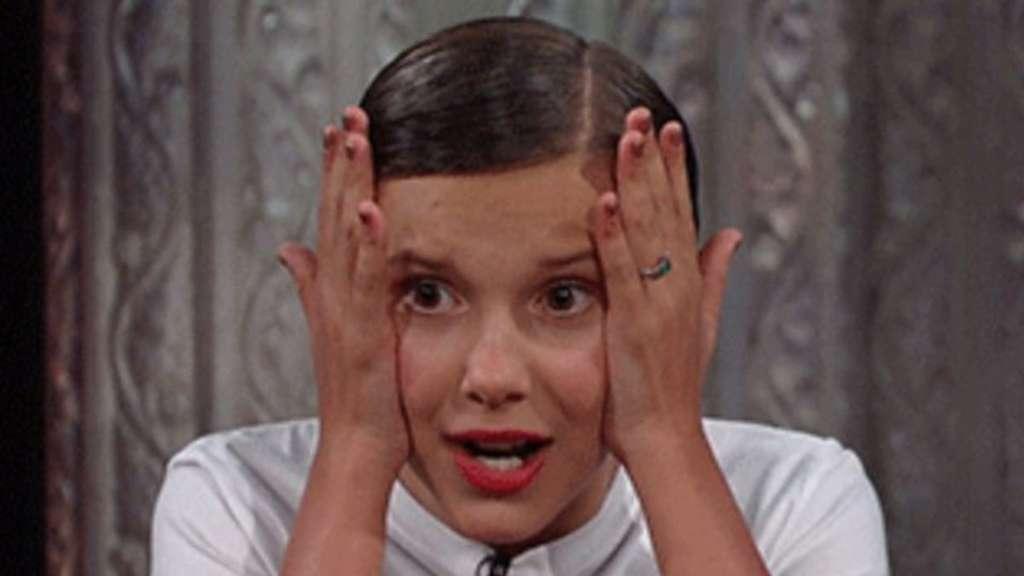 Millie Bobby Brown, die sich die Hände über den Kopf zusammenschlägt