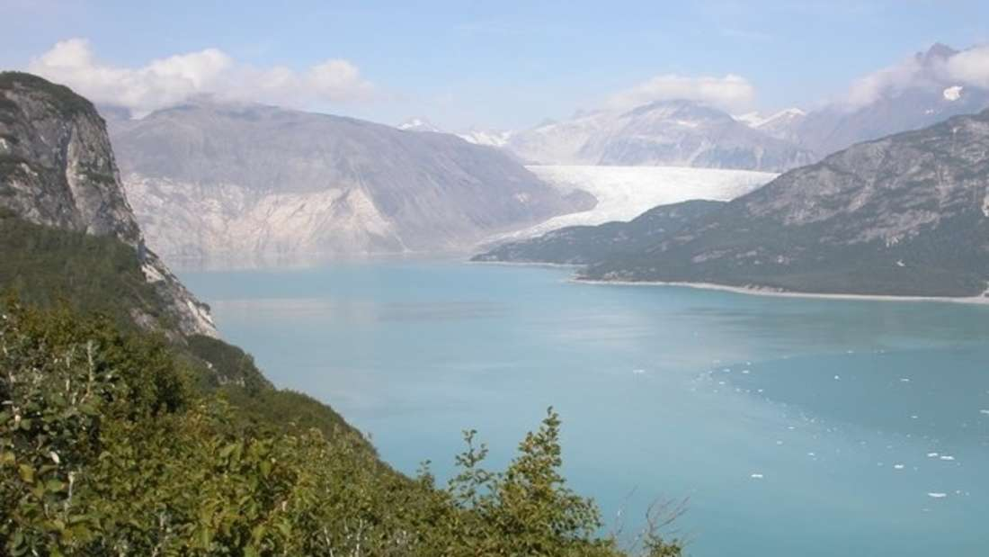 Der Muir-Gletscher im Jahr 2004. Zu diesem Zeitpunkt hat er sich 12 km zurückgezogen und erreicht das Meer nicht mehr.