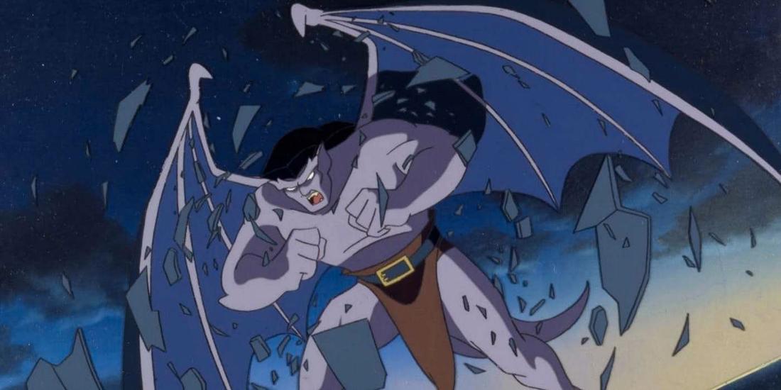 Goliath aus Gargoyles, der sehr wütend aussieht. Um ihn herum fliegen Trümmer.