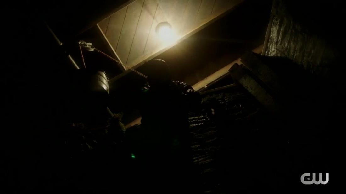 Ein Mann hält Betty Cooper in einem Loch im Boden fest.