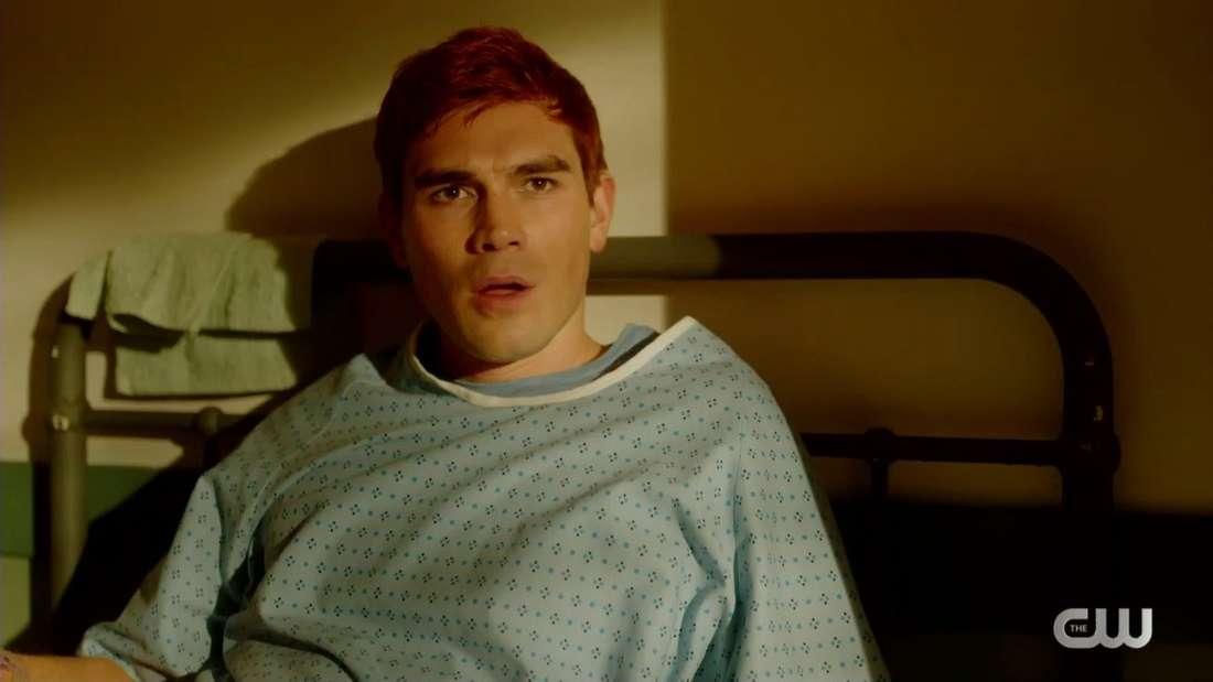 Archie liegt im Krankenhaus und guckt verwirrt