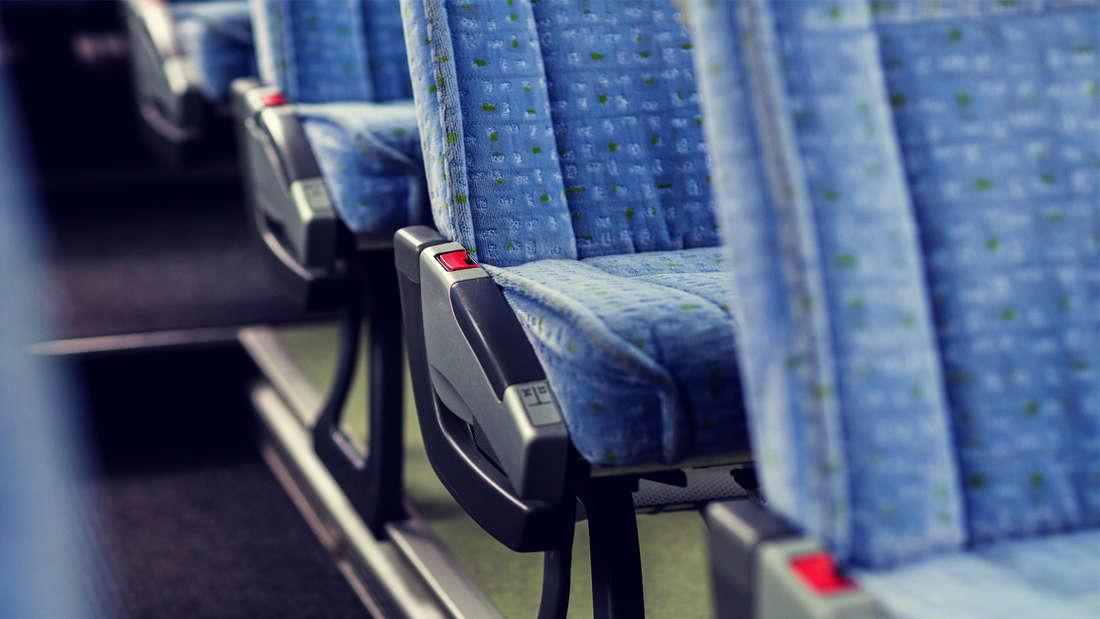 Ein Foto von blauen Bussitzen mit fleckigem Design