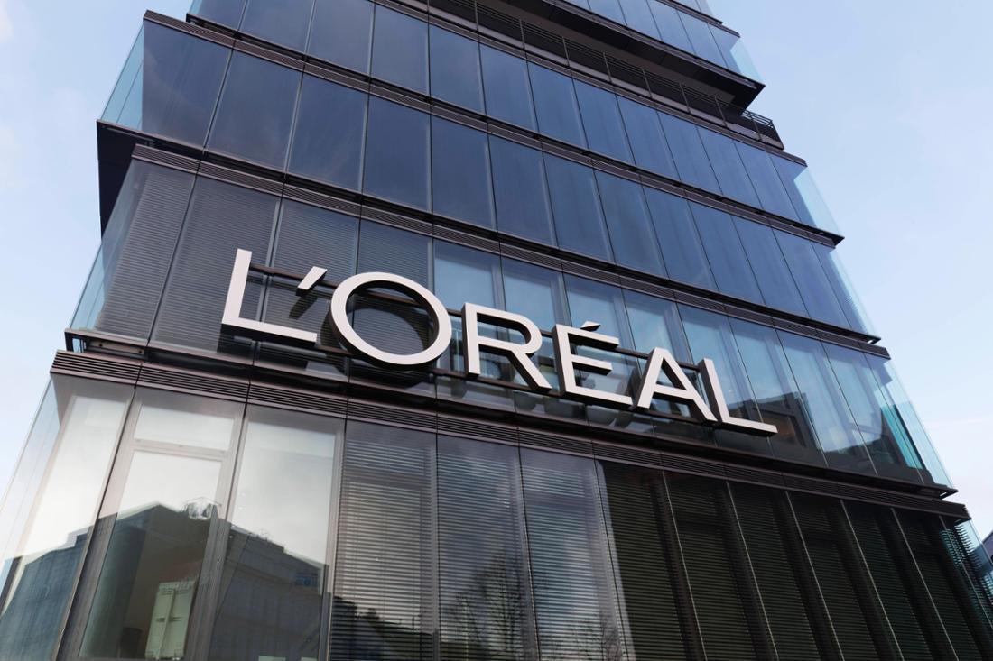 Ein L'Oréal-Firmenbebäude mit Schriftzug.