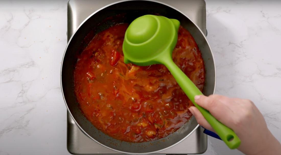 Faltbarer Schöpflöffel rührt die Sauce um