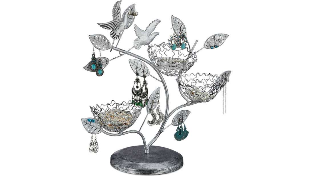Ein silberner Schmuckbaum mit kleinen Körben, Vögeln und Blättern an denen man Ohrstecker, Ketten usw. befestigen kann.