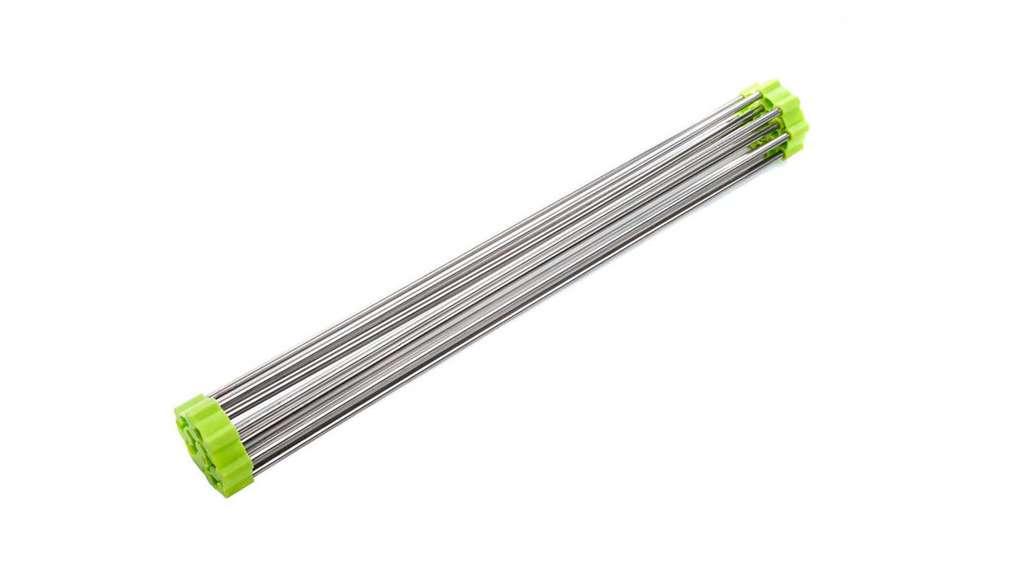 Ein zusammengerolltes Abtropfgitter aus Edelstahl mit hellgrünem Rand.