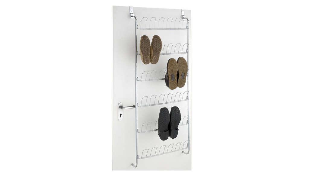 Ein Schuhregal für die Tür, mit Haken an denen die Schuhe aufgehängt werden können.
