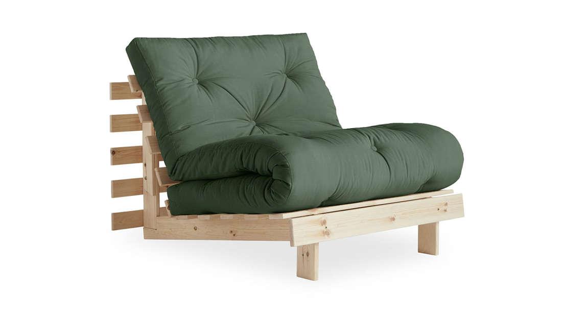 Grüner Schlafsessel mit Holzgestell zum Ausklappen.