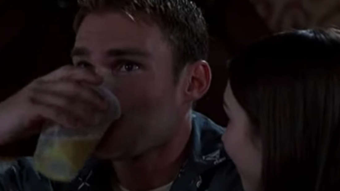 Stifler, der Bier mit Sperma trinkt