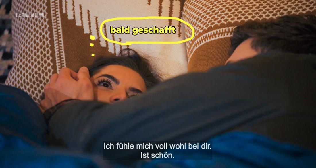 Der Bachelor sagt Michèle, dass er sich bei ihr wohlfühlt, während sie an die Decke starrt.