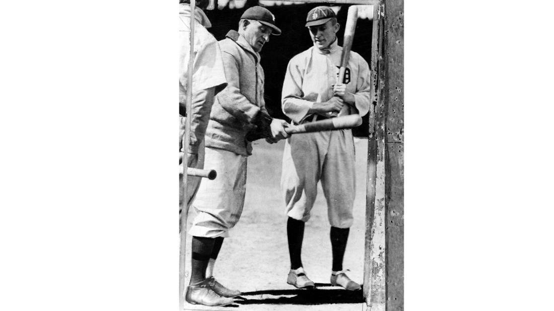 Ein Bild von Honus Wagner (der Pittsburgh Pirates, li.) und Ty Cobb (von den Detroit Tigers), die zusammen stehen.