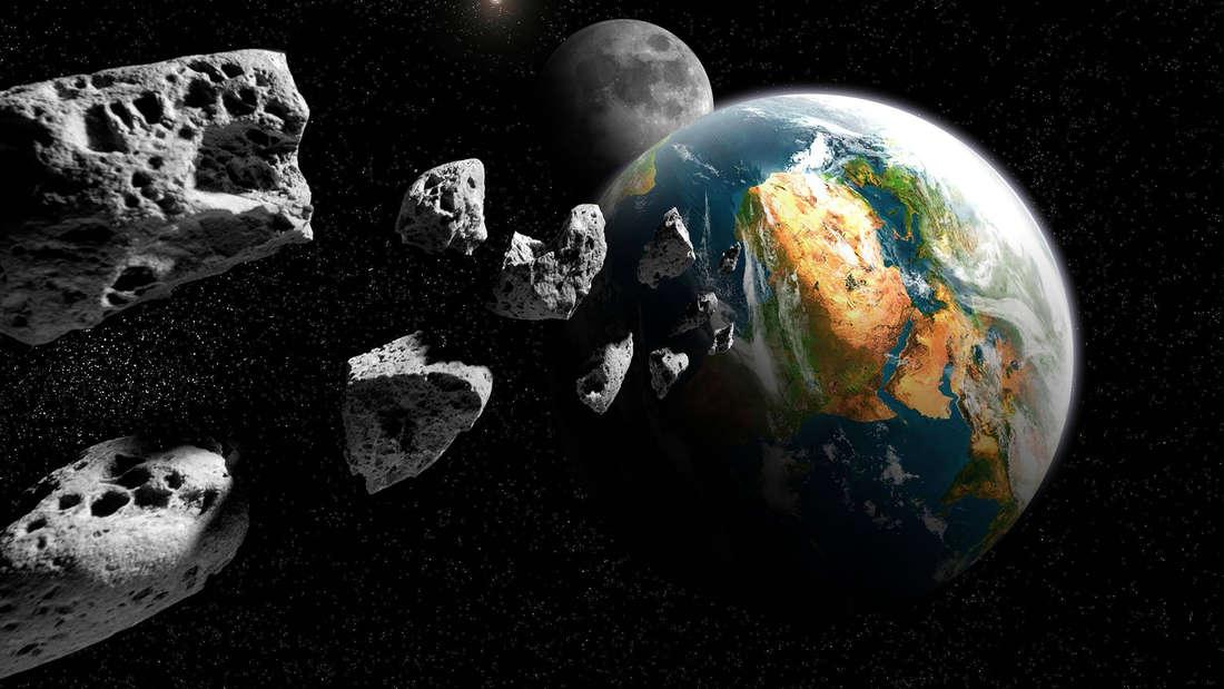 Das Bild zeigt mehrere Meteoriten sowie die Erde und den Mond.