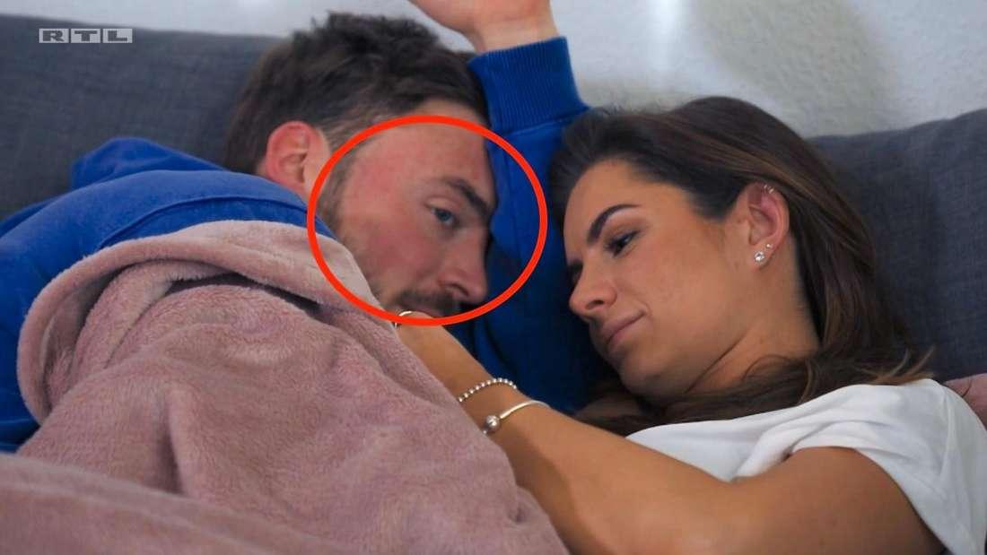 Niko liegt mit gerötetem Gesicht neben Michèle