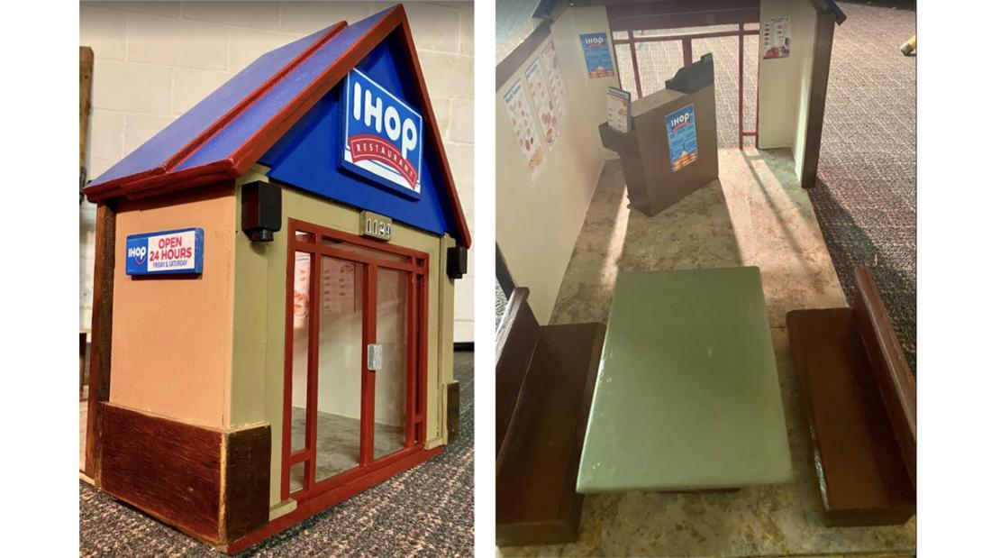 Ein Miniatur-IHOP und das Innere des Miniatur-Restaurants, in dem Bänke stehen