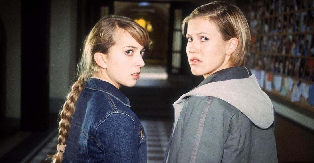 Wolke Hegenbarth als Alex Degenhardt mit Freundin Claudia, gespielt von Nora Binder