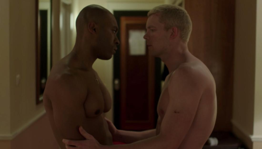 Zwei Männer mit nackten Oberkörpern stehen sich gegenüber.