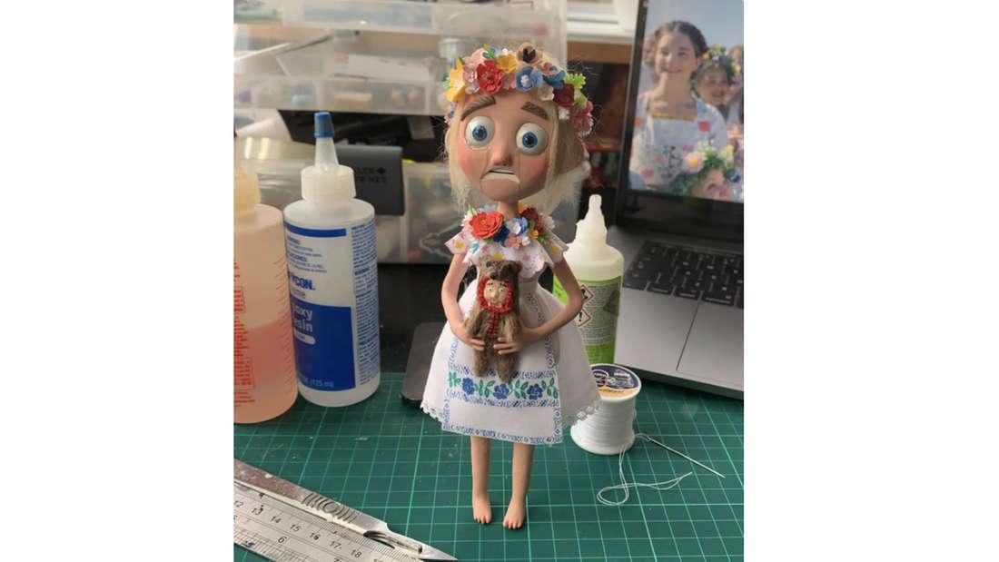 Eine selbstgemachte Puppe, die aussieht, wie Dani aus Midsommar
