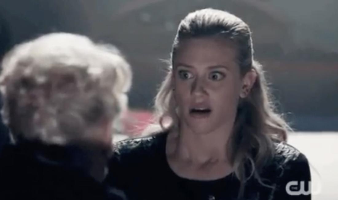 Betty aus Riverdale sieht einer älteren Dame schockiert entgegen.