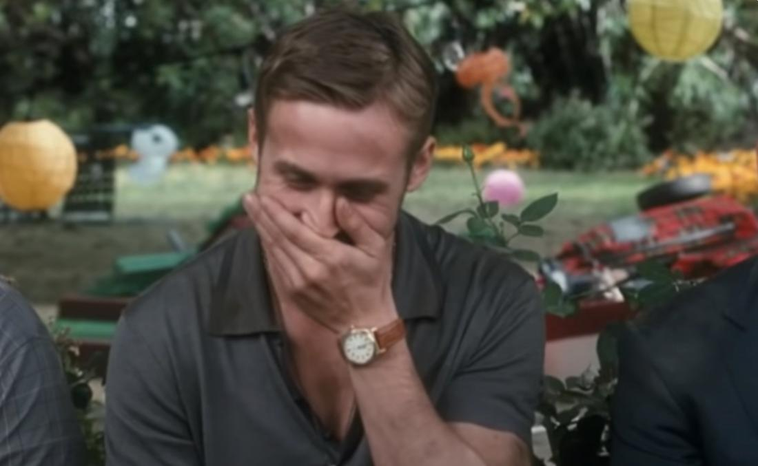 Ryan Gosling hält sich den Mund zu vor Lachen.