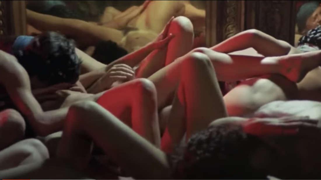 Viele Menschen, die gemeinsam eine Orgie veranstalten