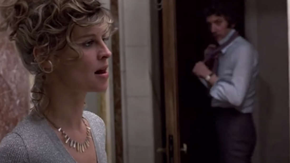 Julie Christie, die nachdenklich aussieht und Donald Sutherland, der seine Krawatte öffnet