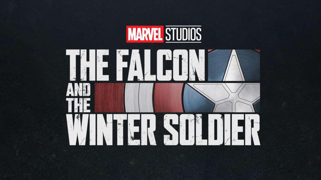 """Die Title-Card der neuen Marvel-Serie """"The Falcon and The Winter Soldier"""", die seit dem 19. März auf Disney+ läuft. Die Schrift ist weiß und es sind das Marvel-Logo und Captain Americas Schild zu sehen."""