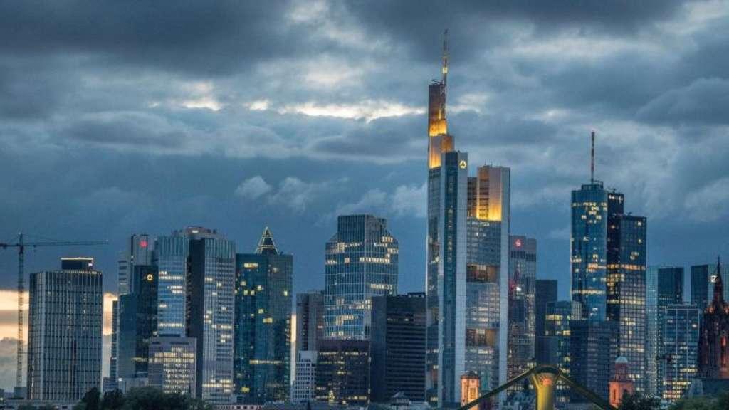 Dunkle Wolken hängen über den Banken in Frankfurt: Und die Frage, ob sie beim Verdacht auf Geldwäsche rechtzeitig die Behörden informieren.