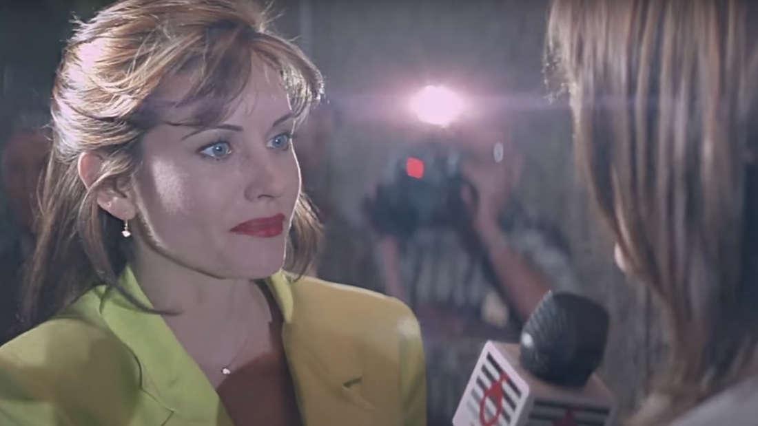 Eine Frau, die von einer Reporterin interviewt wird.