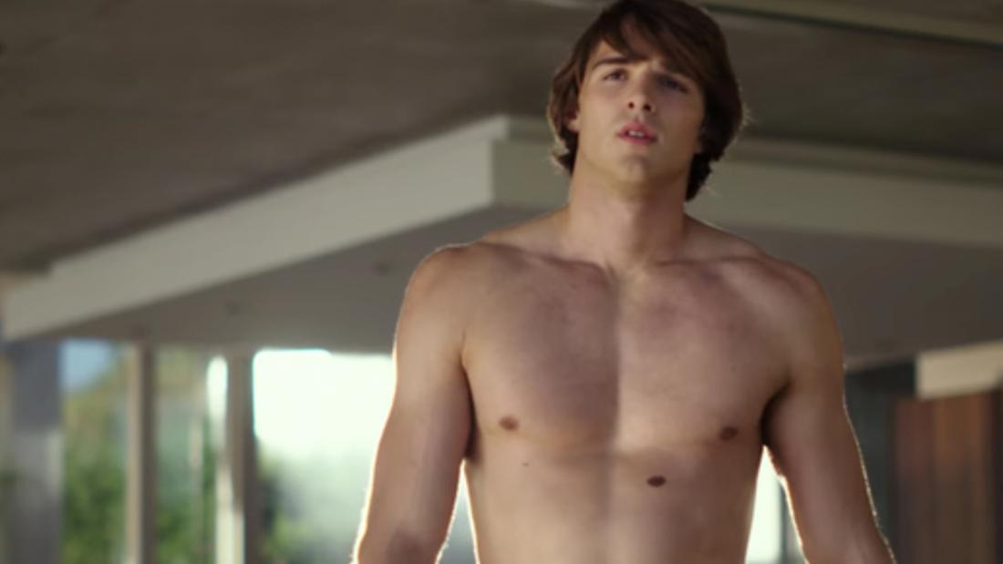 Ein Teenager, der etwas ausgeprägtere Muskeln hat.