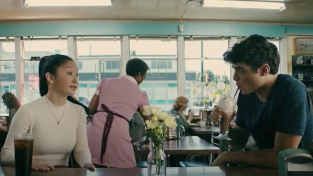 """Lara Jean und Peter Kavinsky in """"To All The Boys I've Loved Before"""", die sich gegenübersitzen."""