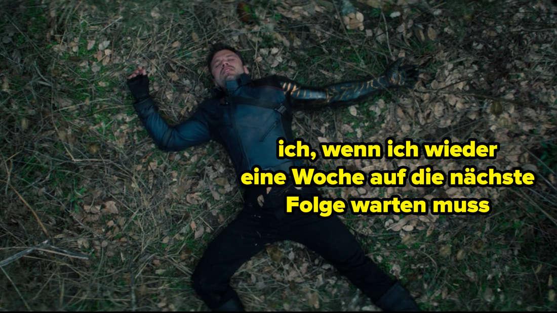 """Bucky, der in """"The Falcon and The Winter Soldier"""" auf dem Boden liegt und ziemlich fertig aussieht. Auf dem Bild steht """"ich, wenn ich wieder eine Woche auf die nächste Folge warten muss"""""""