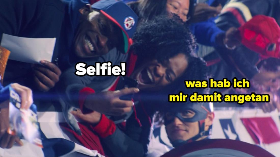 """John Walker, der eine Pressetour als neuer Captain America in """"The Falcon and The Winter Soldier"""" macht und dabei Selfies macht."""